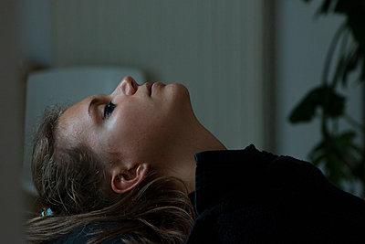 Junge Frau bei der Schönheitspflege - p1650m2233709 von Hanna Sachau