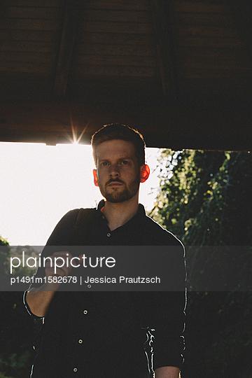 Man mit Rucksack blickt in die Ferne - p1491m1582678 von Jessica Prautzsch