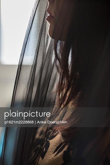Close-up woman with black veil - p1621m2228868 by Anke Doerschlen