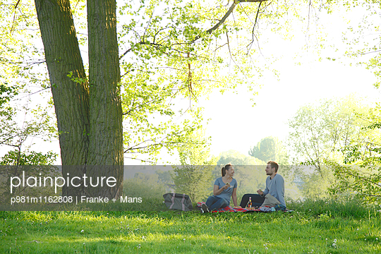 Picknick im Frühling - p981m1162808 von Franke + Mans