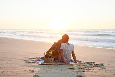 Picnic on beach - p1124m1508630 by Willing-Holtz