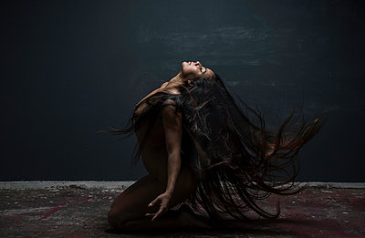 Female dancer with long black hair - p1139m1503075 by Julien Benhamou