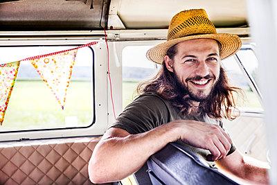 Portrait of happy young man inside a van - p300m2070513 by Jo Kirchherr