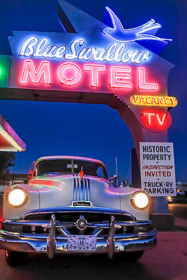 Old-fashioned car in motel parking lot at night - p555m1231915 by Julien McRoberts