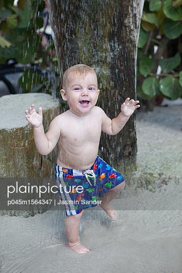 Glücklich unter der Dusche - p045m1564347 von Jasmin Sander
