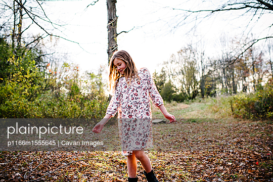 Girl standing at park - p1166m1555645 by Cavan Images