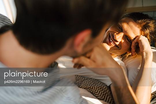 Smiling man looking at boyfriend in camping van - p426m2296169 by Maskot