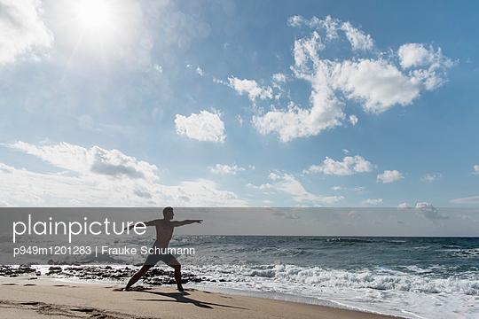 Yoga am Strand - p949m1201283 von Frauke Schumann