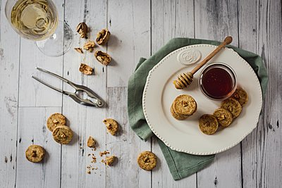 Walnut & honey biscuits - p1392m1446152 by Federica Di Marcello