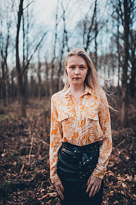 Blonde woman in the forest, portrait - p1628m2260839 by Lorraine Fitch