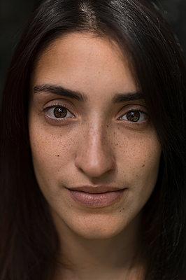 Junge Frau mit dunklen Haaren - p552m1477045 von Leander Hopf