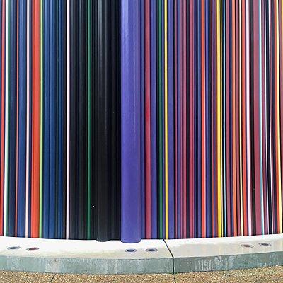 Frankreich, Paris, La Défense, Bunte Skulptur - p1401m2165705 von Jens Goldbeck