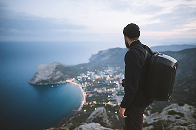 Italy, Liguria, La Spezia, Man looking at mountain range from mountain top - p1427m2213574 by Oleksii Karamanov