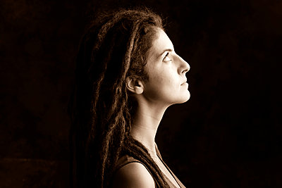 Close up profile of serious woman with dreadlocks - p555m1408642 by Shestock