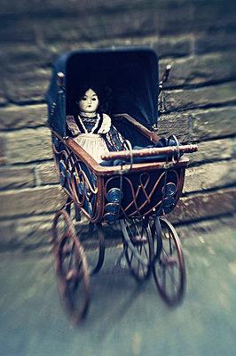 Alter Puppenwagen - p970m738421 von KATYA EVDOKIMOVA