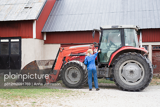 Woman near tractor - p312m2091769 by Anna Johnsson