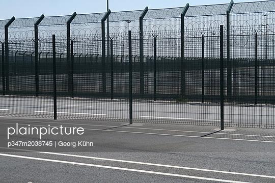 Grenzzaun in Dunkerque - p347m2038745 von Georg Kühn