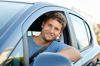 Young man in car - p1124m1510927 by Willing-Holtz