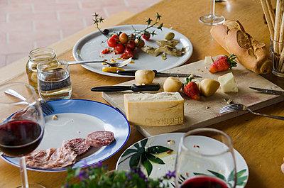 Verlassener Abendbrottisch - p335m813187 von Andreas Körner