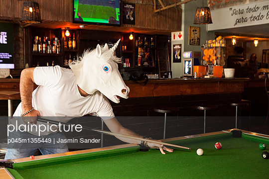 Einhorn spilet Pool-Billard - p045m1355449 von Jasmin Sander