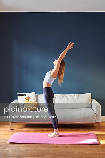 Junge Frau macht Yoga - p1124m1589388 von Willing-Holtz