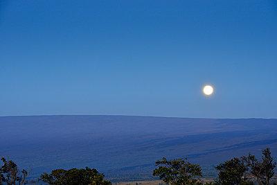 Mond über dem Mauna Loa, Hawaii - p1196m1000676 von Biederbick & Rumpf