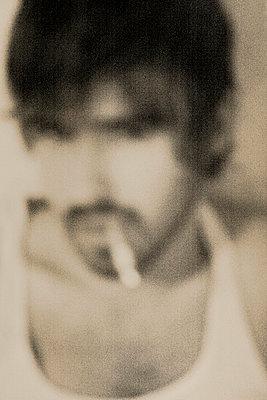 grimmiger mann mit zigarette - p627m671954 by Jane Viola Lˆczi