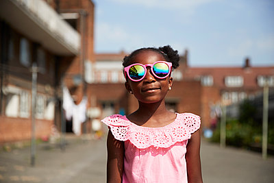 Portrait cute girl in bright pink sunglasses - p1023m2238481 by Himalayan Pics