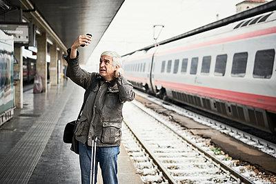 Mann Frisur Bahnsteig Kontrolle - p1312m2020094 von Axel Killian