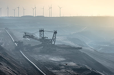 Germany, North Rhine-Westphalia, Grevenbroich, Garzweiler surface mine, Stacker and wind wheels in the background - p300m983524f by Frank Röder