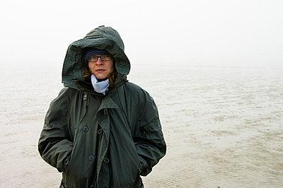 Frau im Nebel - p3580375 von Frank Muckenheim