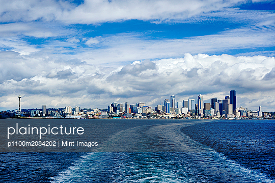Seattle city skyline against cloudy sky, Seattle, Washington, United States,Seattle, Washington, USA - p1100m2084202 by Mint Images