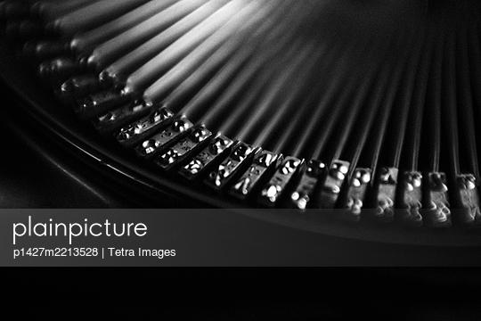 Close up of vintage typewriter - p1427m2213528 by Tetra Images