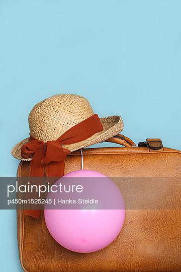 Alter brauner Koffer mit Sonnenhut und pinkem Luftballon     - p450m1525248 von Hanka Steidle