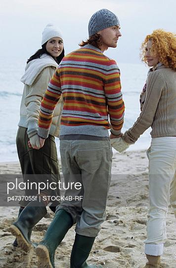 Zwei junge Frauen mit - p4737055f von STOCK4B-RF