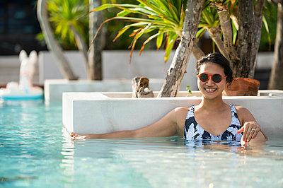 woman enjoying the pool at the tropical island of Koh Phangan - p1166m2269611 by Cavan Images