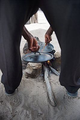 Africa, Namibia, Prepare food - p1167m2272293 by Maria Schiffer