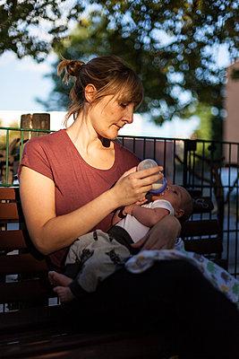 Mother feeding her new born baby - p795m2027610 by JanJasperKlein