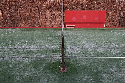 Tennis court in winter - p851m1362554 by Lohfink