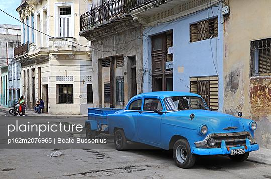 Oldtimer auf den Straßen Kubas - p162m2076965 von Beate Bussenius