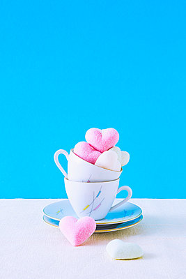 Stack of coffee cups and cookies - p1149m2027039 by Yvonne Röder