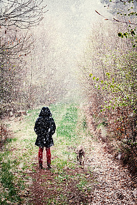 Woman with dog in snow flurry - p1168m1132630 by Thomas Günther