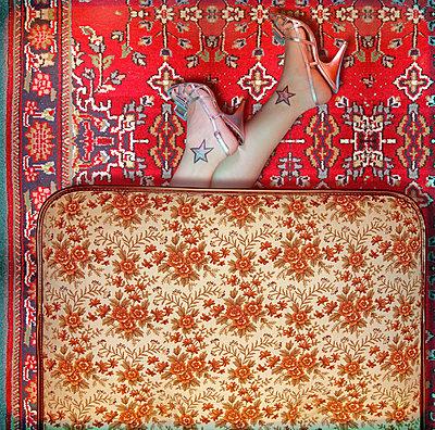 Frau in High Heels auf dem Fußboden - p230m2152665 von Peter Franck