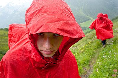 Wandern im Regen - p427m763844 von R. Mohr