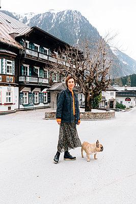 Frau geht mit Hund spazieren - p432m2081654 von mia takahara