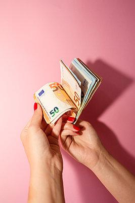 Frau zählt Eurobanknoten - p432m2119394 von mia takahara