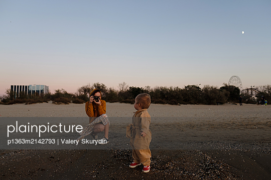 Mother photographs her son on the beach - p1363m2142793 by Valery Skurydin