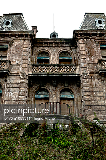 Verlassene Villa - p470m1059311 von Ingrid Michel