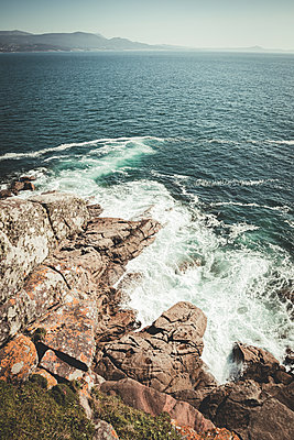 Aerial view of the sea against the rocks - p1166m2255544 by Cavan Images