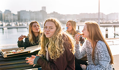 Friends eating pizza outdoors - p300m1228253 by Marco Govel